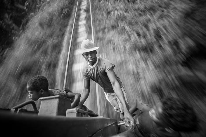 Des jeunes garçons s'accrochent au train de la FCE. Madagascar