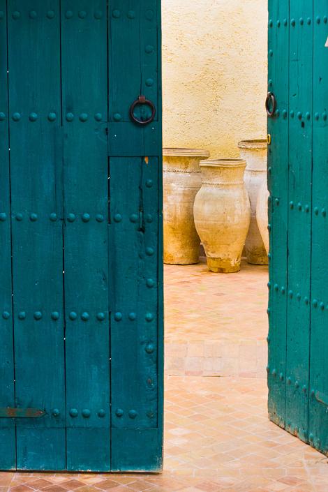 Jarres dans un patio - Fes, Maroc
