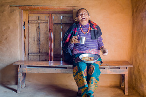 Femme Népalaise prenant son petit déjeuner - Népal