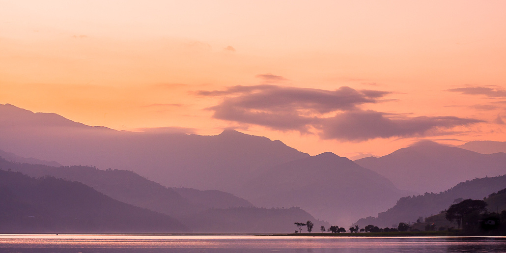 Couché de soleil sur le lac Phewa. Pokhara, Népal