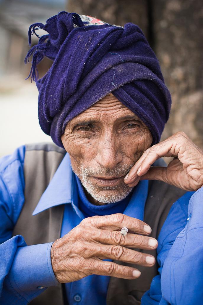 Vieil homme nepalais fumant une cigarette - Pokhara, Népal