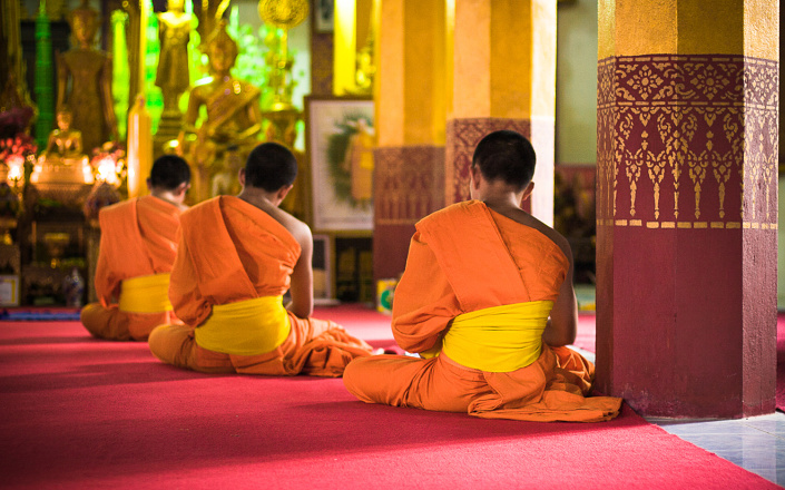 Moines priant dans un temple - Luang Prabang, Laos