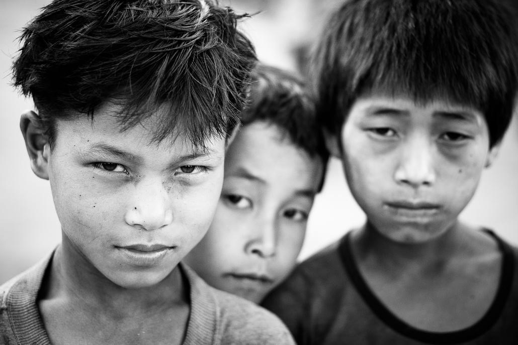 Trois jeunes garçon dans un village akha - Laos