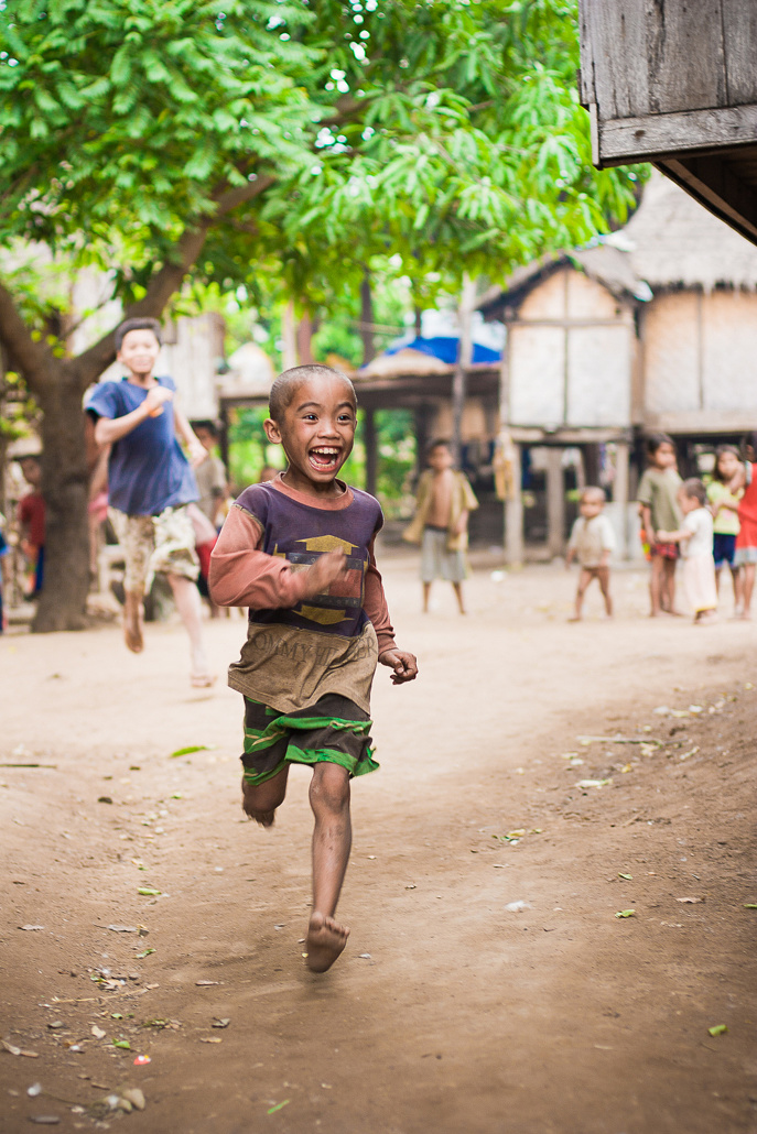 Des enfant jouent dans les rue d'un village - Tad Lo, Laos