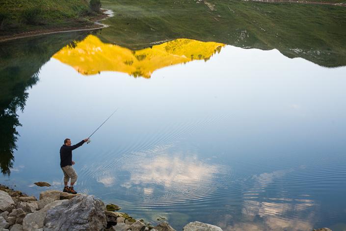 La pêche du matin, qui débute au levé du soleil. Lac de Lessy, Haute-Savoie, France