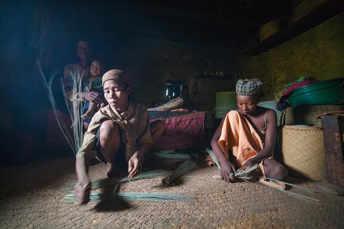 Tressage de panier à Ankotsaka. Chaque panier est fait en 15min et vendu 1000 Ar. Madagascar