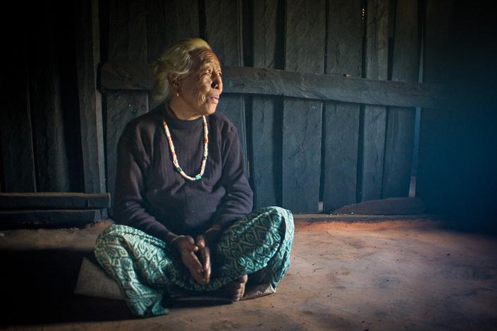 Portrait d'une vielle dame au Nepal