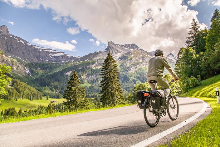Montée vers le col du Pillon (en venant de Gstaad). Suisse