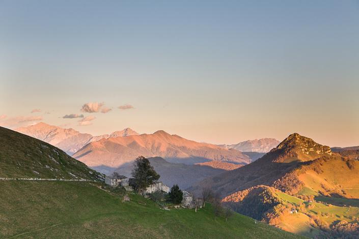 Couché de soleil sur l'alpage de Nadigh, avec la pointe du Sasso Gordona en arrière-plan. Monte Generoso, Tessin, Suisse