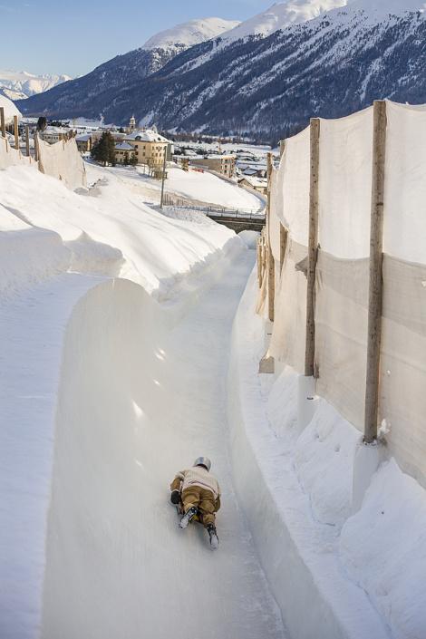 Le Cresta Run, piste de skeleton de St Moritz. Au fond, le village de Samedan, Suisse